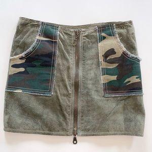 Wilsons Leather green suede camo mini skirt, Sz 4